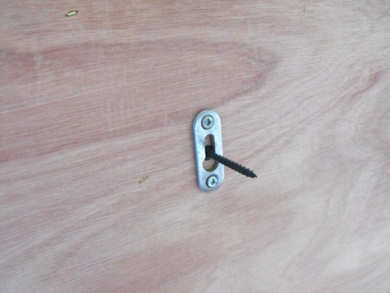 Keyhole hanger for mounting.