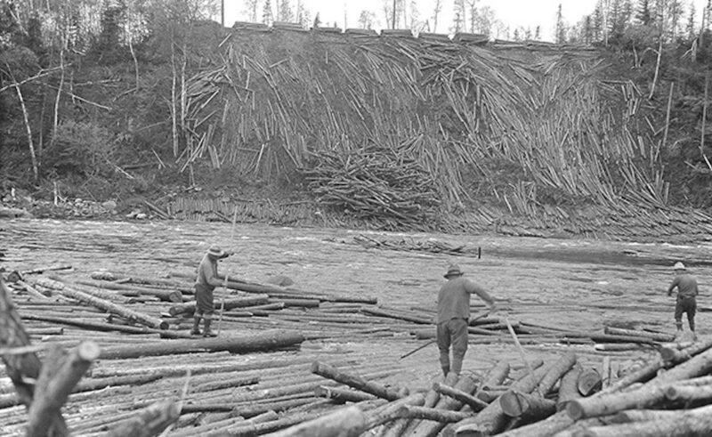 The sweeping of logs at the Rapide de la Montagne.