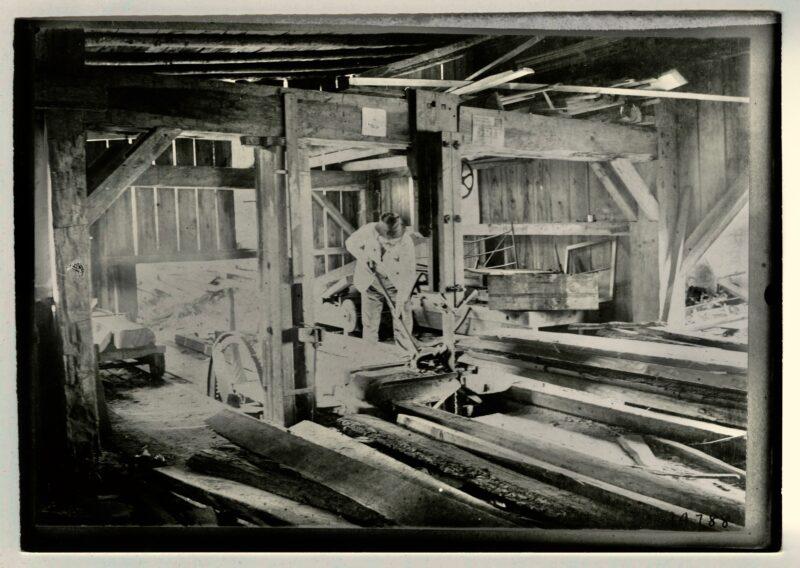 1900 single man operation interior
